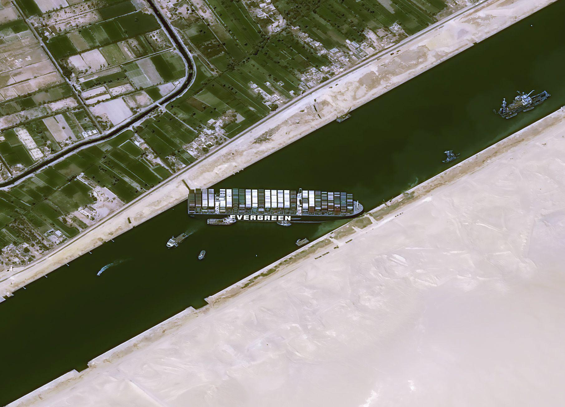 El Canal de Suez sigue bloqueado con 150 buques esperando paso