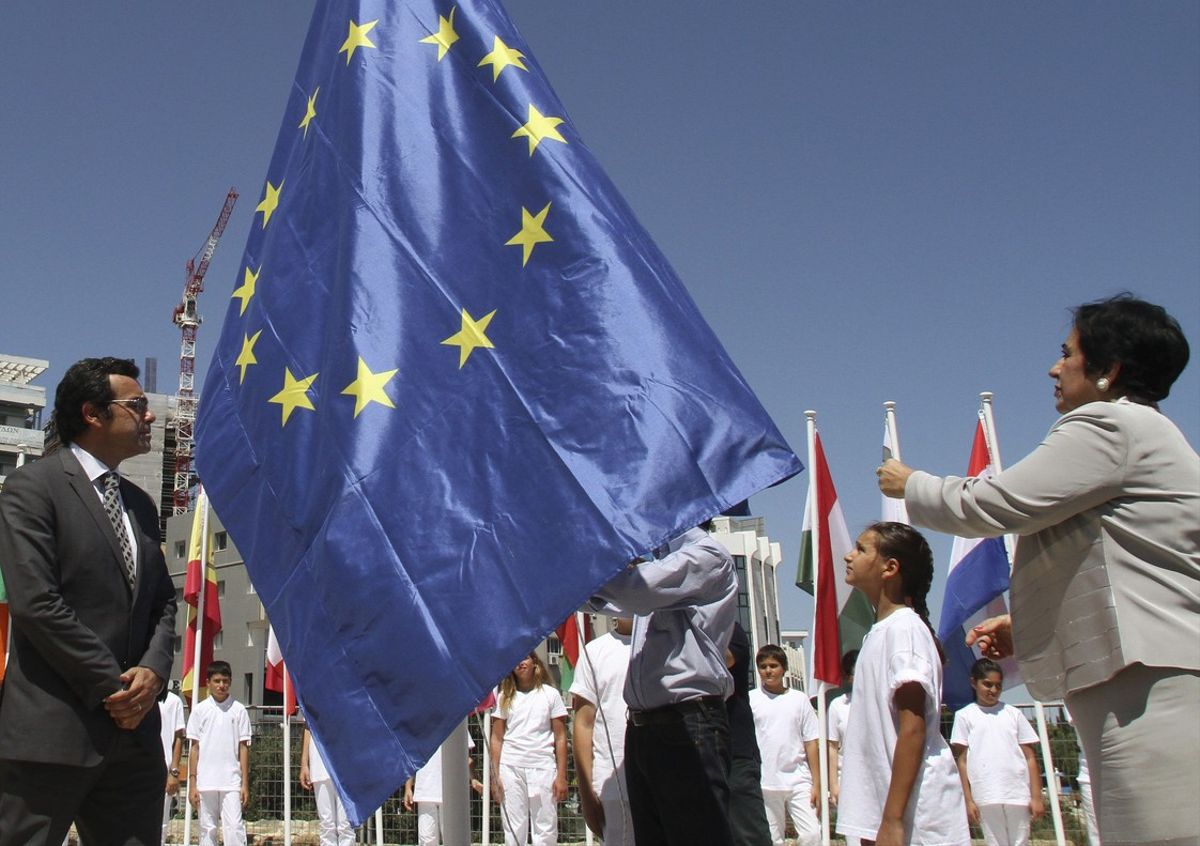 La bandera de la UE durante la ceremonia de establecimiento de la presidencia semestral de Chipre, en el 2012.