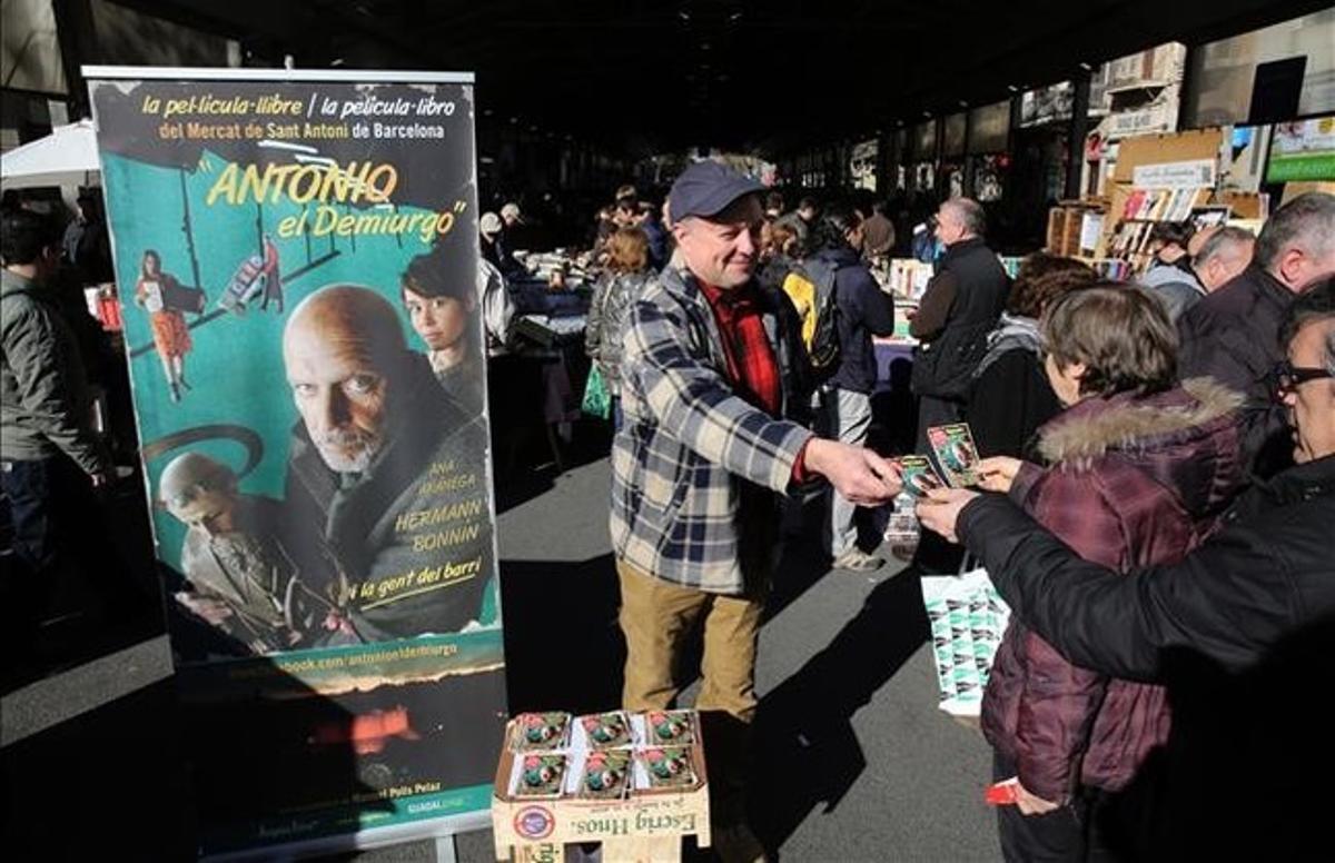 Manuel Polls, repartiendo octavillas de su película el domingo en el mercado del libro de Sant Antoni.