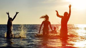 Jóvenes en una playa.