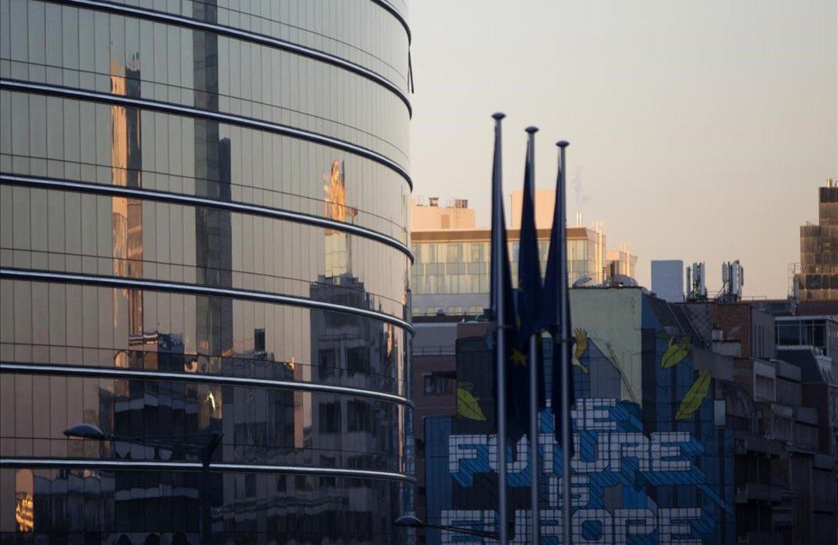 Un cartel con el lema 'El futuro es Europa', junto al edificio de la Unión Europea en Bruselas.