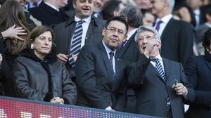 Bartomeu charla conCerezo, en el palco del Camp Nou
