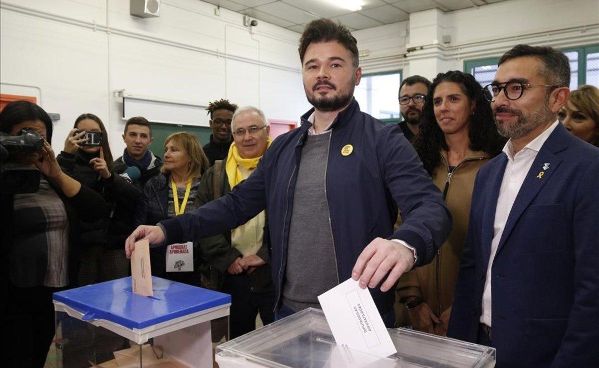 Gabriel Rufián vota en la escuela Ribatallada de Sabadell.