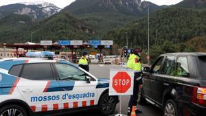 Control de los Mossos en la entrada del Túnel del Cadí, en diciembre pasado