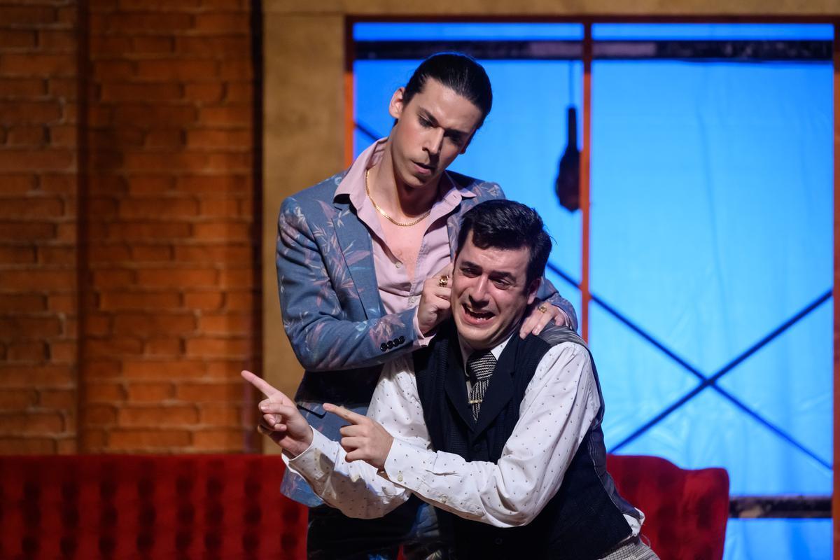Jan Antem y Carles Pachón, en una escena de 'La scala di seta', en el Romea.