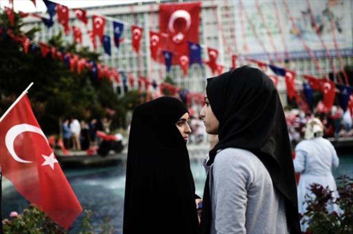Dos mujeres con el cabello cubierto en una calle de Estambul.