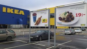 Un cartel publicita el plato de albóndigas ofrecido por la cadena de muebles IKEA en el aparcamiento del establecimiento que la firma tiene en Malmoe (Suecia).