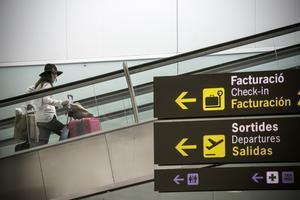 Una joven se dirige a la zona de salidas del aeropuerto del Prat.