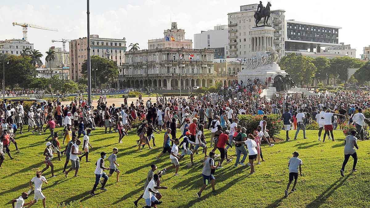 Manifestantes corren durante las protestas contra el régimen cubano en LaHabana.