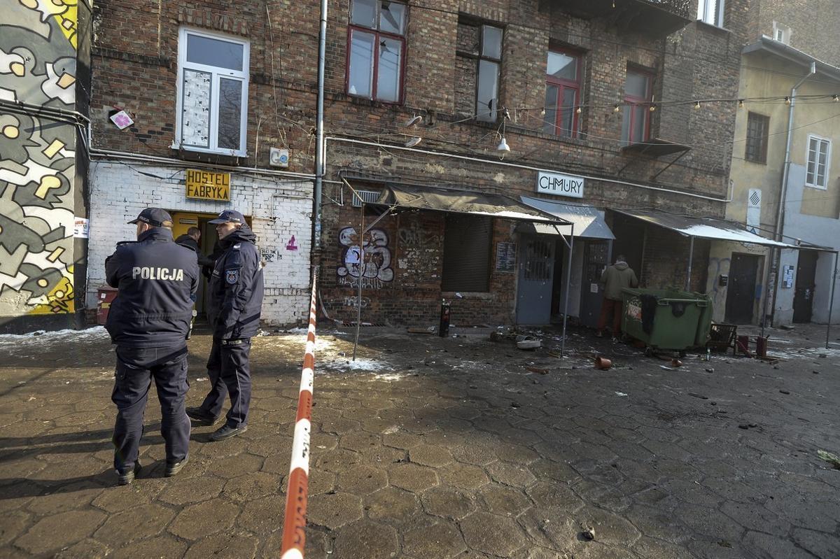 U8 VARSOVIA (POLONIA), 16/02/2017.- Agentes de policía polacos permanecen a la entrada del club Chmury en Varsovia.