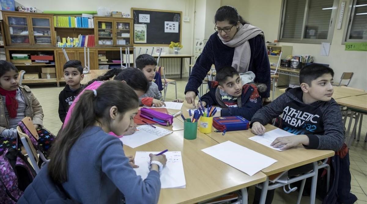Extraescolar de urdú en la escuelaCollaso i Gil, en el Raval.