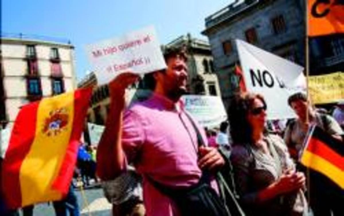 Un manifestante sostiene una pancarta con una lema a favor del castellano, ayer en Barcelona.