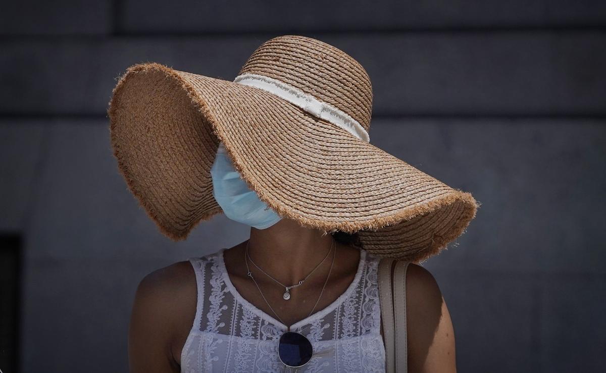 Pamela y mascarilla, la primera protege del sol, la segunda aumenta la sensación de calor.