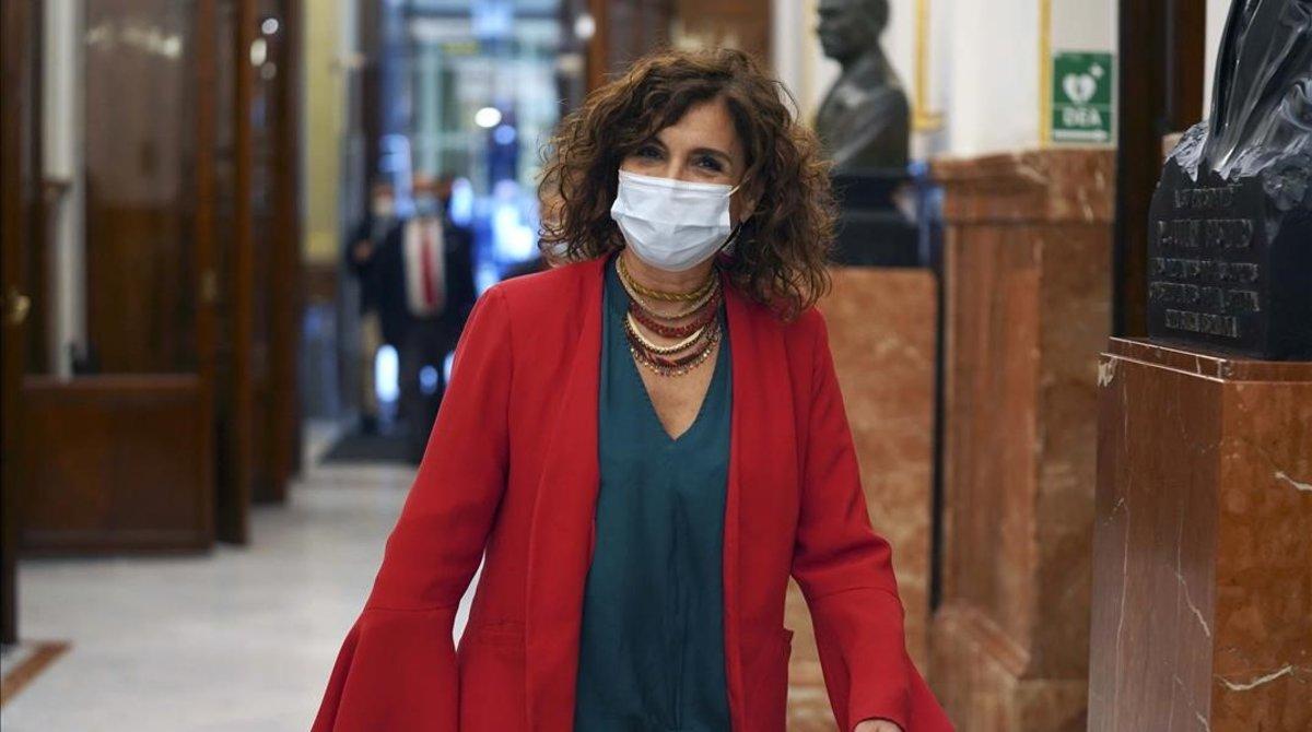 La ministra de Hacienda, María Jesús Montero, antes de entrar en el pleno del Congreso.