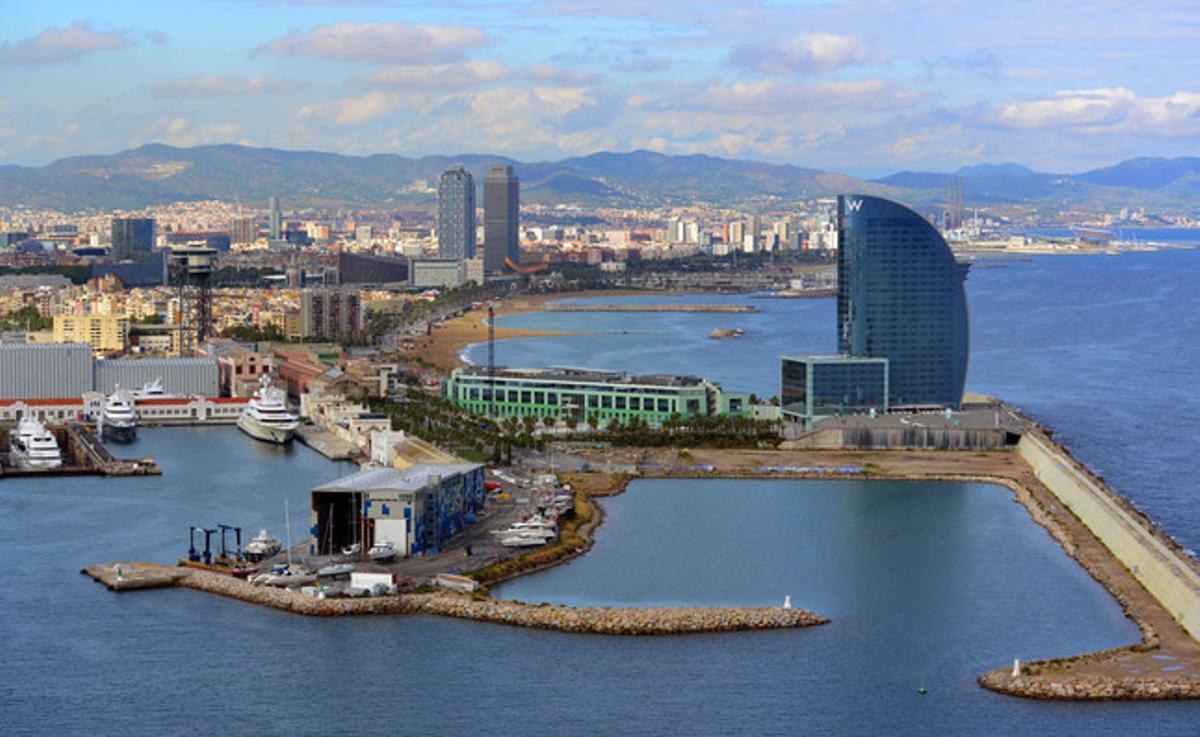 Vista del puerto y la playa de Barcelona, con el Hotel W en el centro de la panorámica.