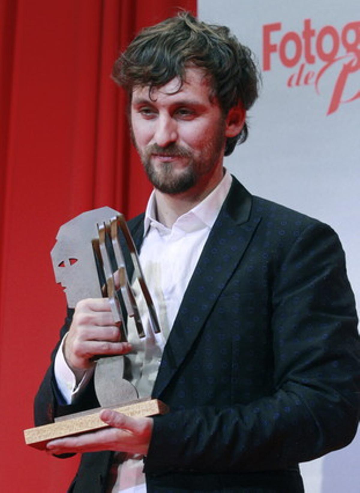 El actor Raúl Arévalo tras recibir el premio al mejor actor de televisión, por su trabajo en la serie 'Con el culo al aire'.