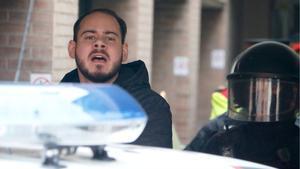 Los Mossos se llevan a Pablo Hásel detenido.