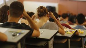 Estudiantes en un aula, durante un examen.