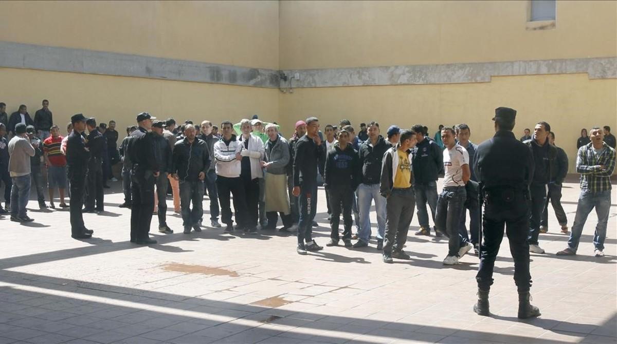 Un grupo de internos en el interior del CIE de la Zona Franca, en el 2012.