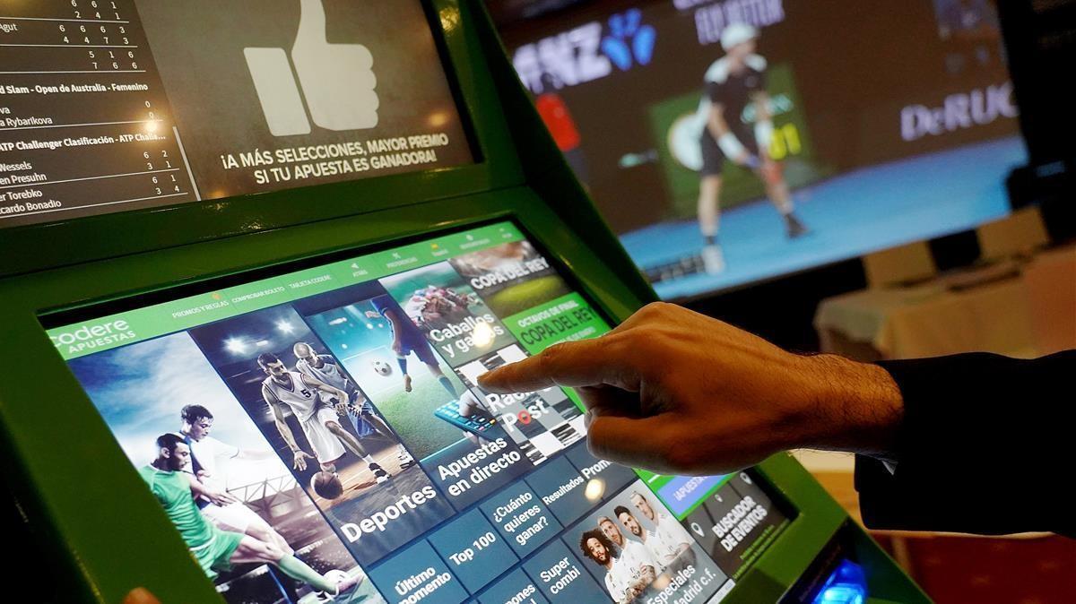 Apuestas en la máquina de una sala de juegos de Madrid