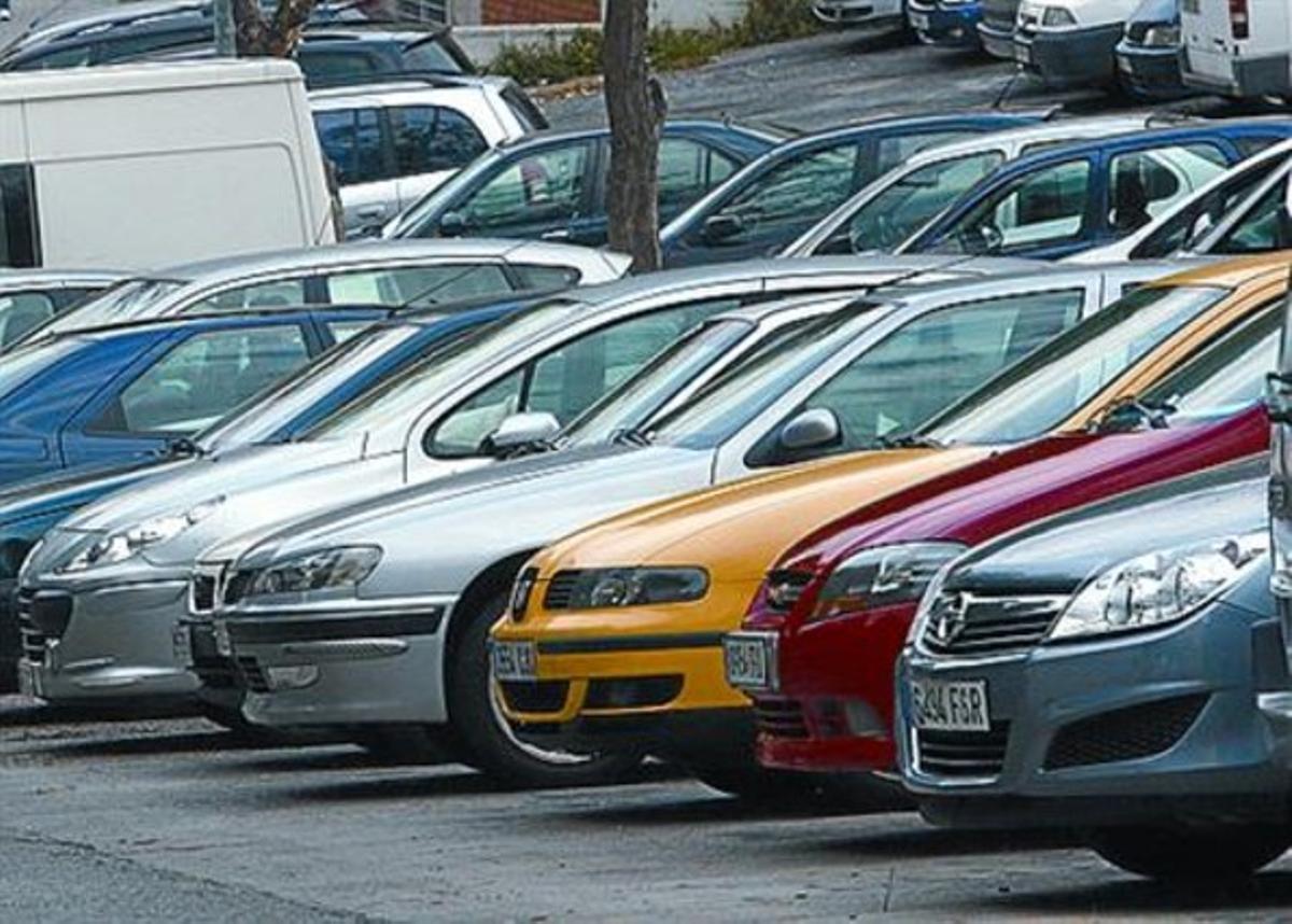 Vehículos estacionados, ayer, en L'Hospitalet.