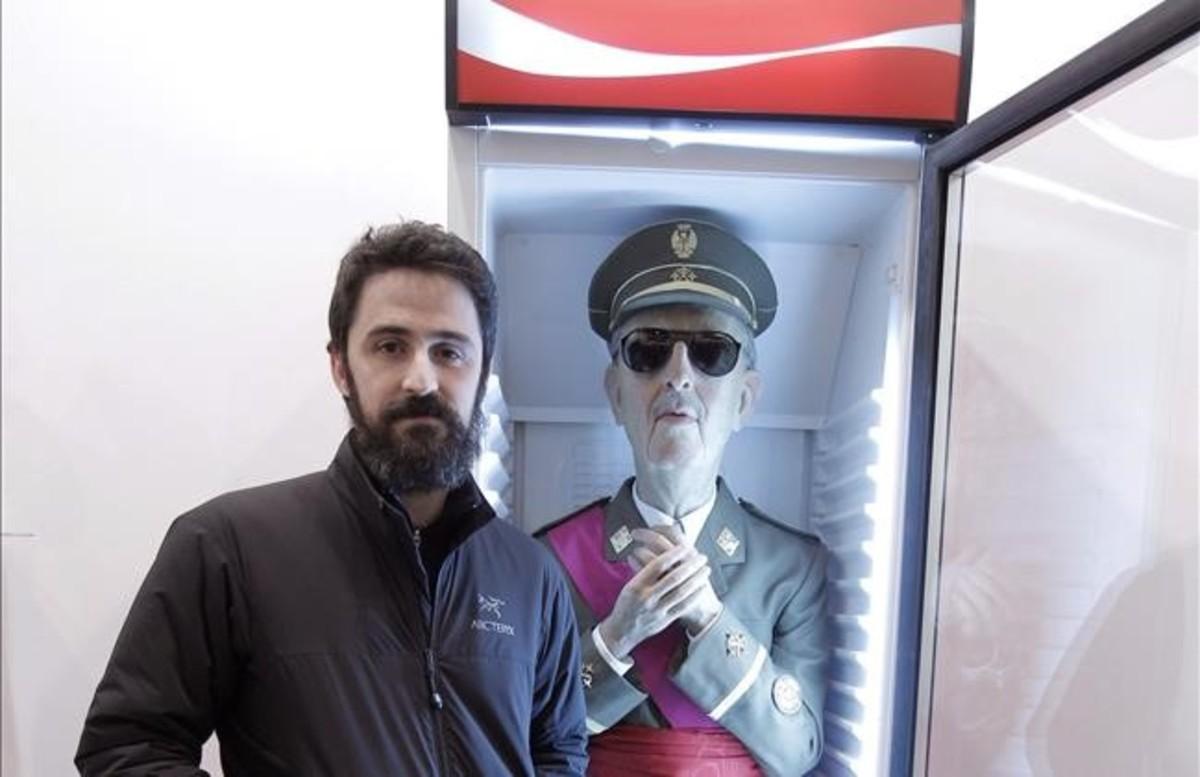 Eugenio Merino, junto a su obra 'Always Franco'.