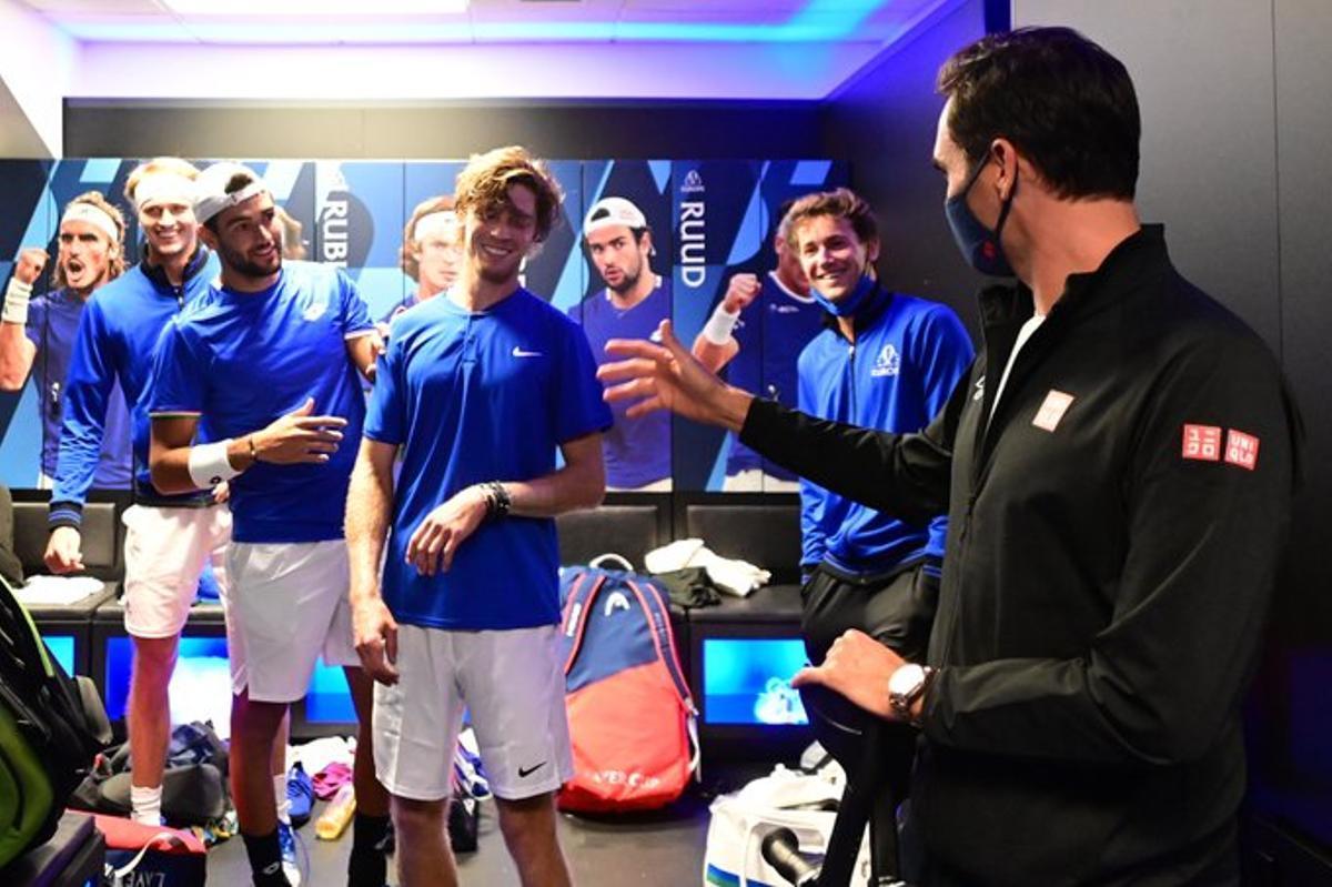 Federer saluda al equipo de Europa.