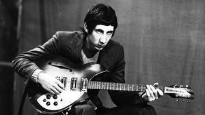 Pete Townshend, guitarrista de The Who, con una Rickenbacker 325 Rose Morris, en 1965.