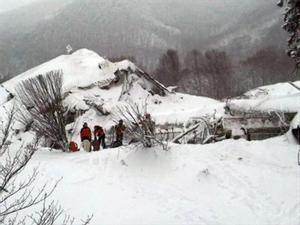 Equipos de rescate trabajan en el exterior del hotel Rigopiano, ayer.