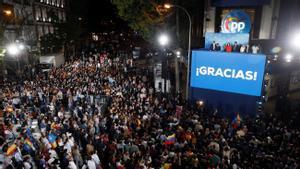 Isabel Díaz Ayuso, Pablo Casado y otros miembros del PP se dirigen a sus simpatizantes desde el balcón de la sede del partido en Madrid, tras conocer los resultados electorales.