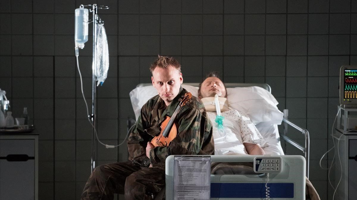 Un momento de 'Historia de un soldado', de Stravinski, en la versión actualizada deldirectorÀlex Ollé.