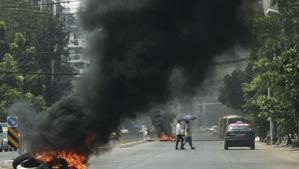 Protestas en una de las calles de la ciudad de Yangon, en Birmania este lunes.