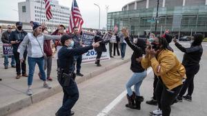 Partidarios de Trump y de Biden se encaran en los alrededores del centro de recuento de votos de Detroit.