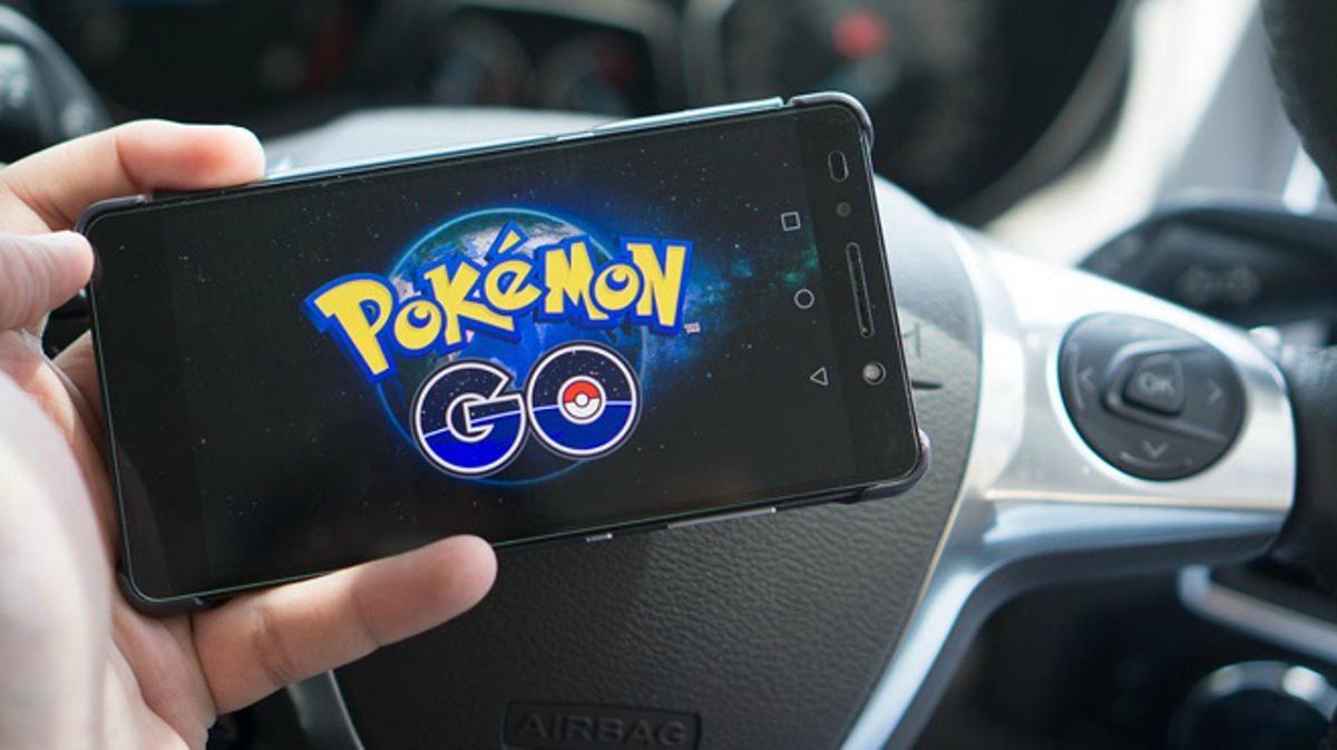 Vídeo que muestra el impacto de un vehículo contra un coche policial a causa de Pokémon Go.