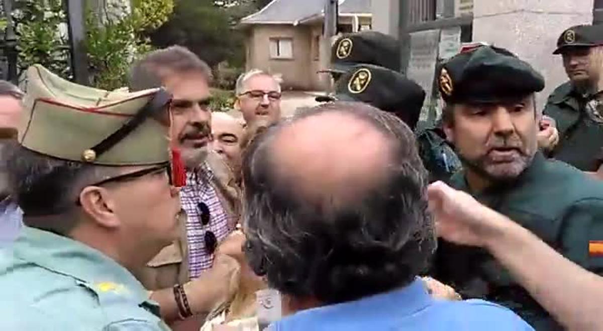 Un grupo de franquistas forcejeó este sábado 12 de octubrecon la Guardia Civil intentando entrar en el Valle de los Caídos, cerrado por orden gubernativa hasta que se complete la exhumación de Franco.