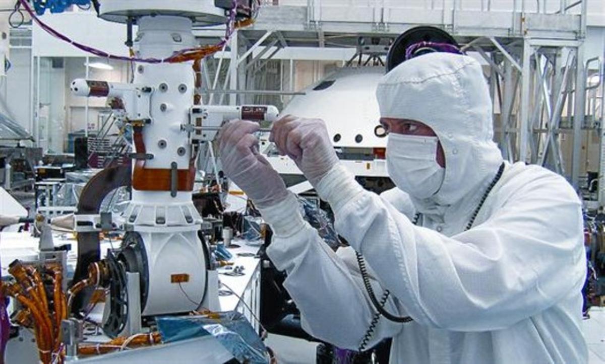 Montaje de la estación REMS en el mástil del vehículo 'Curiosity', en las instalaciones de la NASA en California.