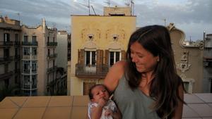 Andrea Cervera muestra a su hija Aitana, nacida en el Sant Pau tras colocarle a lamadre un balón acelerador del parto que pudo llevar en casa.