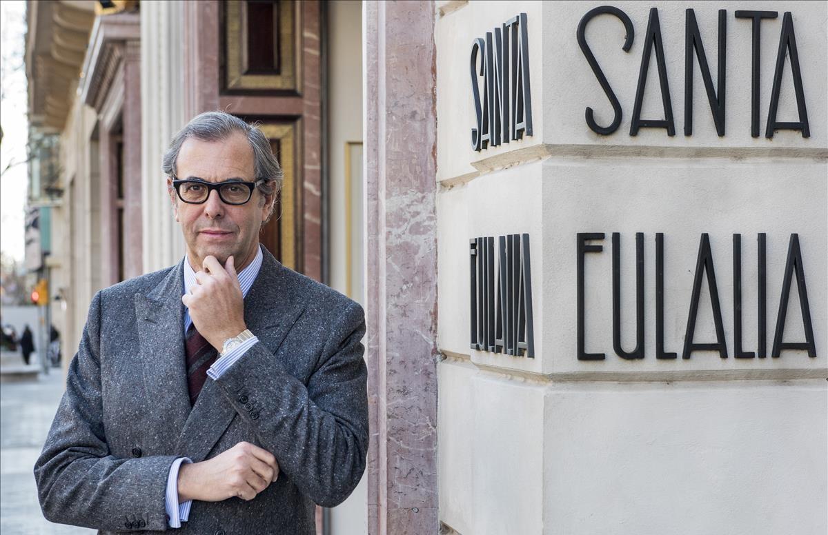 Luis Sans, propietario de Santa Eulalia, el 5 de enero frente a la tienda, emblema del comercio en el paseo de Gràcia.