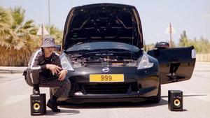 Un coche negro mira de reojo envidioso a un Ferrari sobrado de motor (Soto Asa)