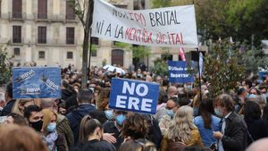 Concentración de trabajadores del BBVA en protesta por su ERE, en la avenida de la Catedral de Barcelona.