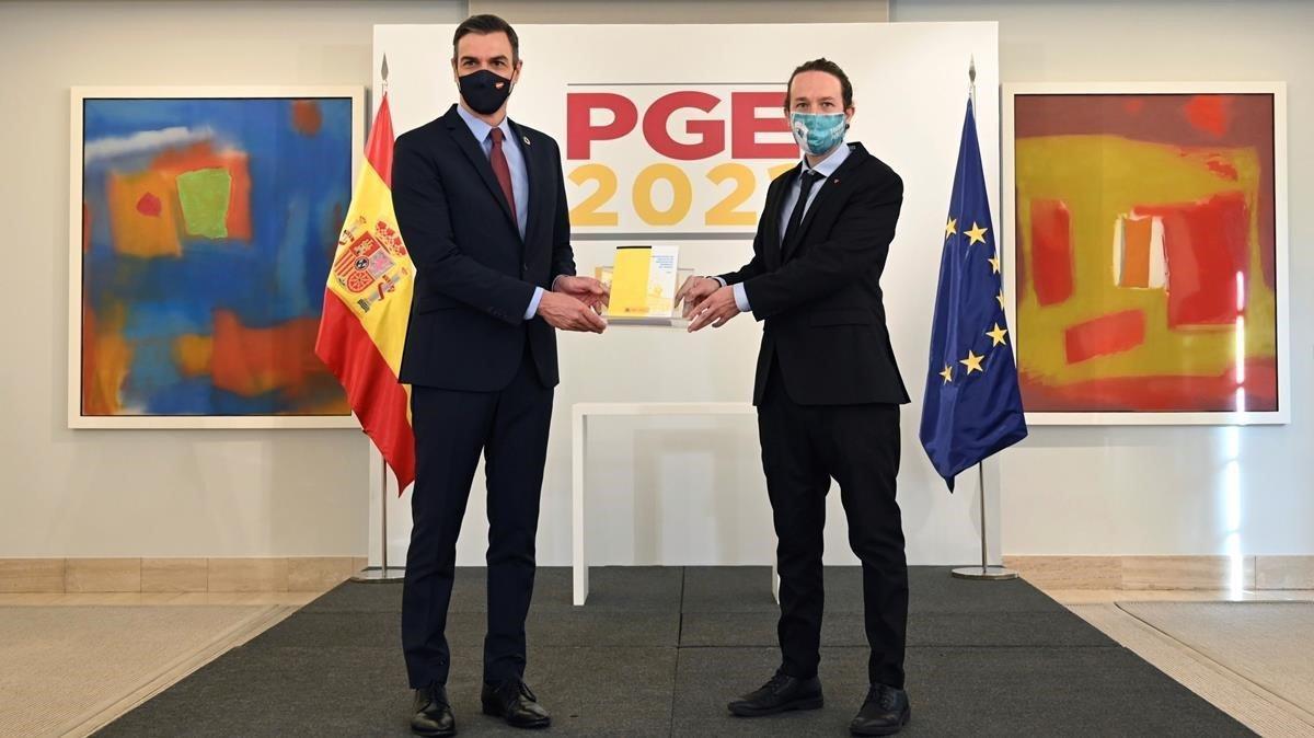 El presidente Pedro Sánchez y el vicepresidente Pablo Iglesias presentan los Presupuestos Generales del Estado, este martes.