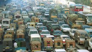 La ciudad de Dhaka, colapsada de tráfico