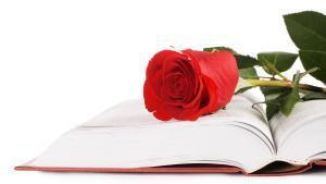 Un libro y una rosa, los dos símbolos del día de Sant Jordi