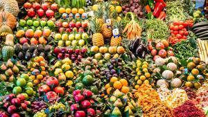 Parada de frutas y verduras en el mercado de la Boqueria.