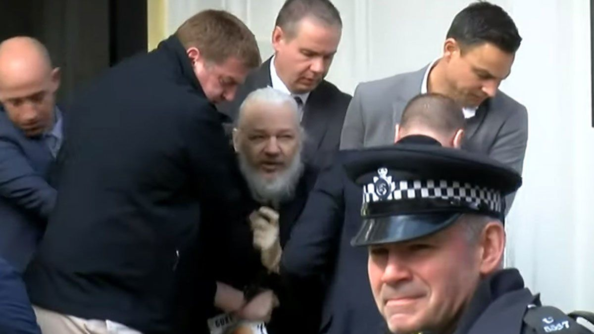 Assange, en el momento en que es sacado a rastras de la embajada de Ecuador en Londres.