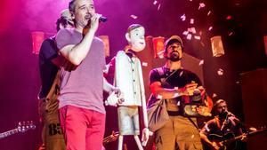Santi Balmes interpreta uno de los temas junto a una marioneta.