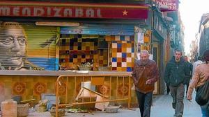 El pequeño quiosco bar Mendizábal, en Ciutat Vella,cerrado por obras, el pasado viernes.