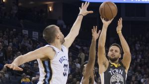 Marc Gasol intenta evitar un triple de Stephen Curry en el Warriors-Grizzlies.