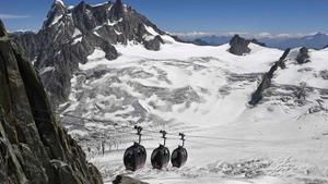 Teleférico que pasa por encima de los glaciales del Mont Blanc.
