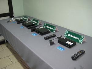 Descodificadores piratas de televisión de pago incautados en una acción de la Policía Nacional.